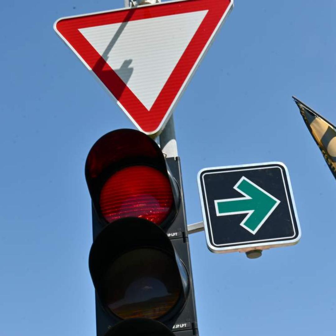 Ali veste vse o novem prometnem znaku za zavijanje desno pri rdeči luči?