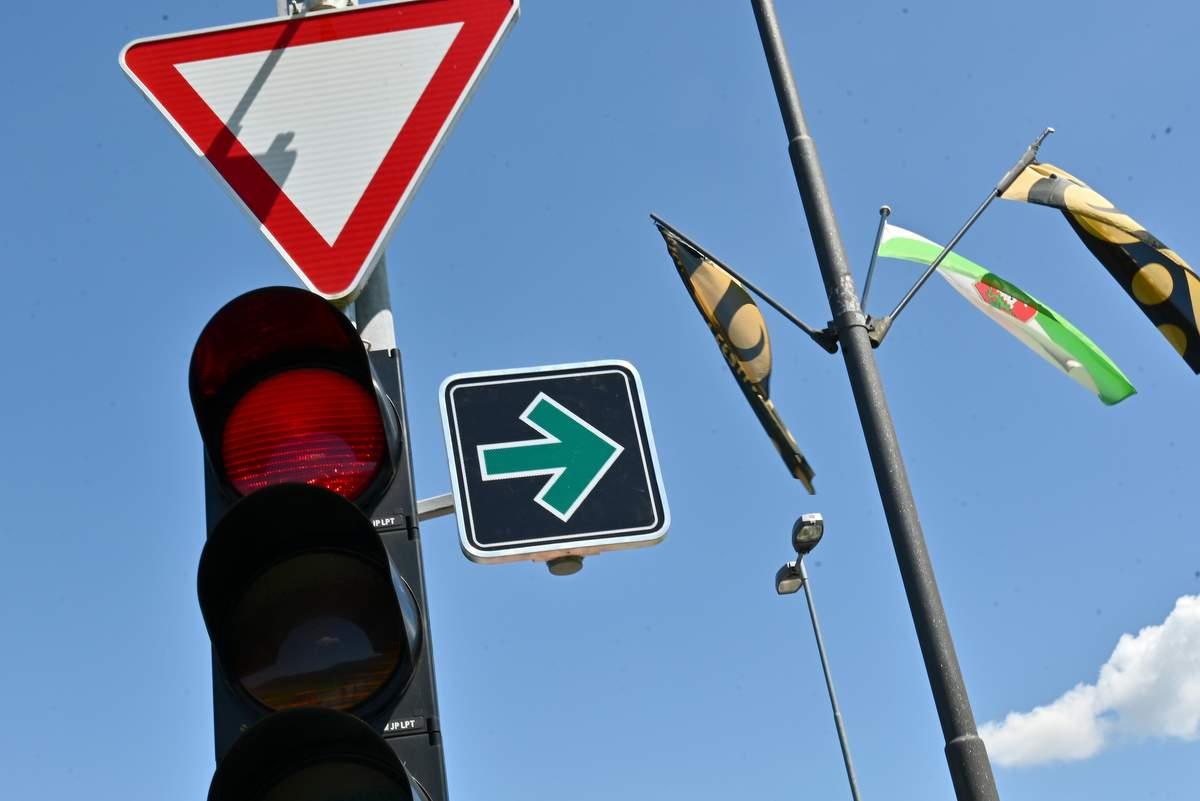 Znak za zavijanje v desno pri rdeči luči na semaforju, foto: Ministrstvo za infrastrukturo